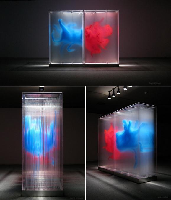 Свет преломляется в полосках стекла и создает иллюзию монолитного изображения.