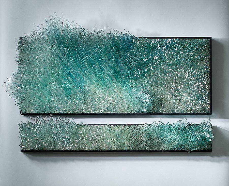 Только стекло способно преломлять и отражать свет, создавая эффект «дышащих» картин.
