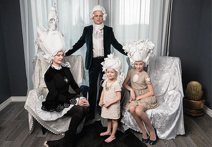 Семейное фото в париках