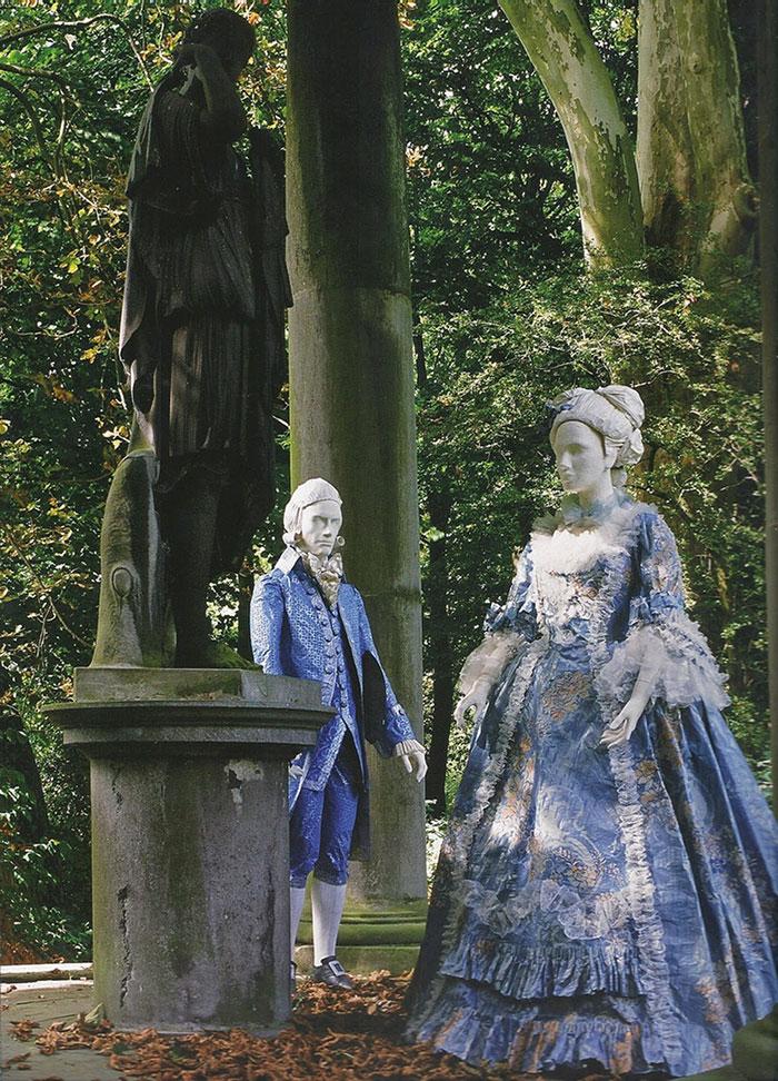 Платья в саду